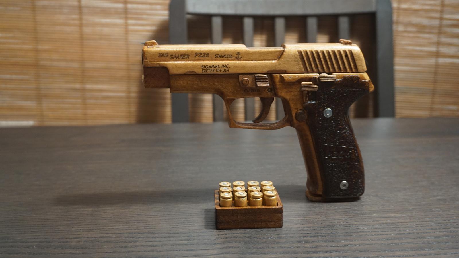Пистолет SigSauer P226 из дерева можно, больше, резинками, почти, сделано, начало, коробить, Возможна, конструкцию, инструкции, оказлся, фатален, полная, разборка, Источник, производство, своего, работает, Видео, прототипа