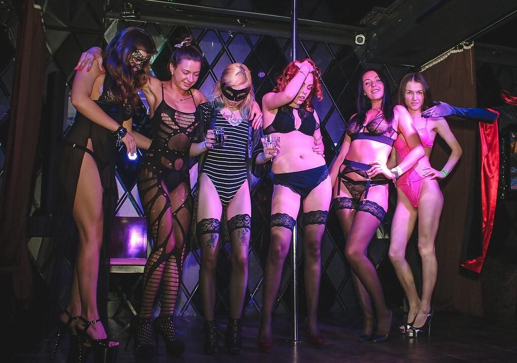Черном секс с женой в свинг клубе питере порно молодой блондинкой
