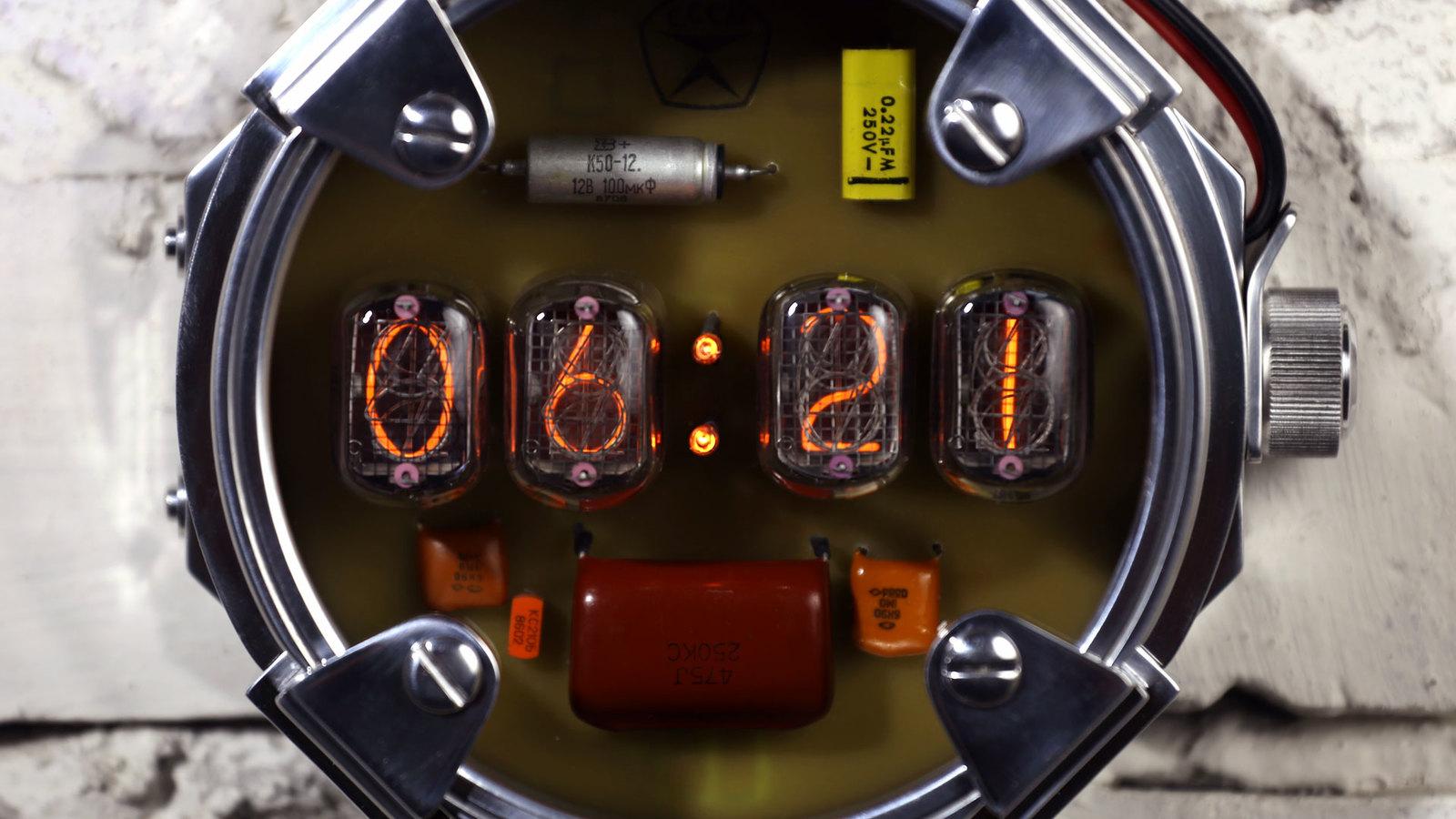 Часы на газоразрядном индикаторе в стиле Метро 2033