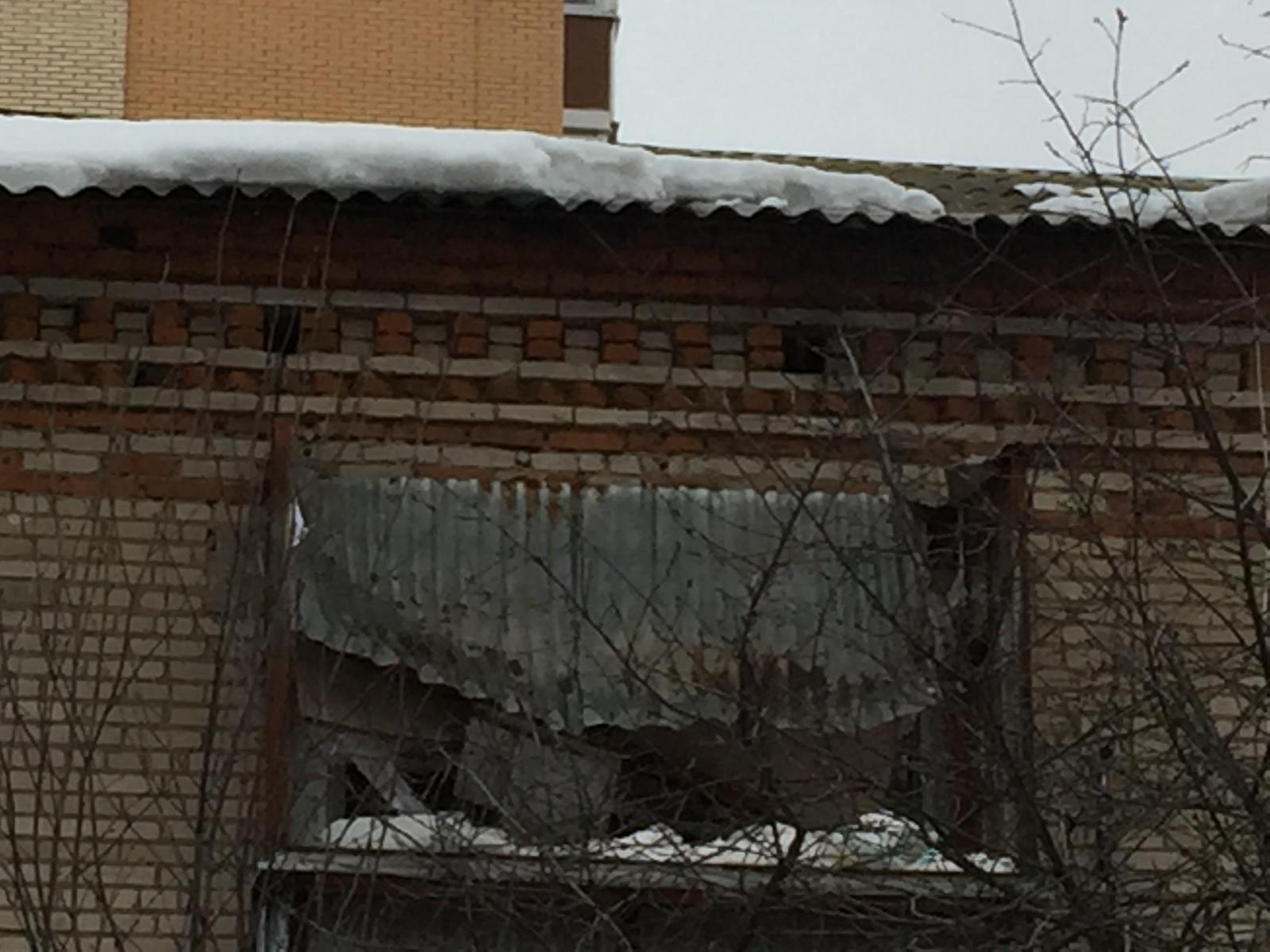Een Winters Balkon : Лед с крыши сломал балкон. Нужен совет.